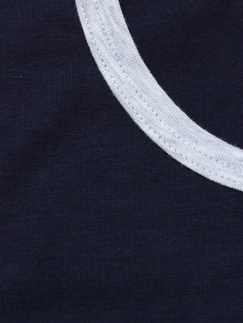 Майка из хлопка с контрастной обтачкой - Деталь
