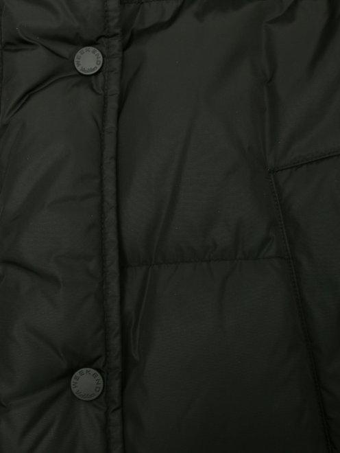 Пуховик на молнии с капюшоном и меховой отделкой - Деталь